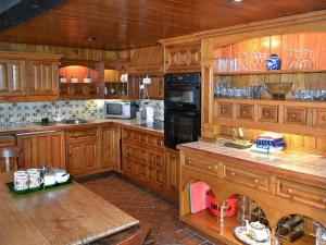 A kitchen or kitchenette at The Boathouse