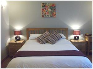 A bed or beds in a room at Orchard Cottage