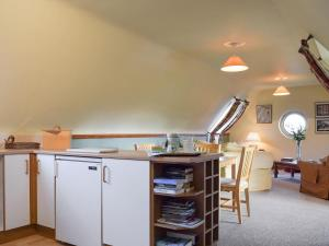 A kitchen or kitchenette at North Farm Mews