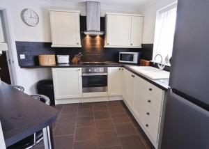 A kitchen or kitchenette at Ty Ffynnon