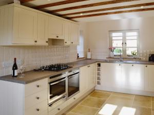 A kitchen or kitchenette at Lantern Cottage