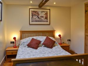 A bed or beds in a room at Railway Cottage