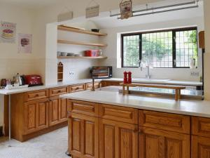 A kitchen or kitchenette at Lavender House