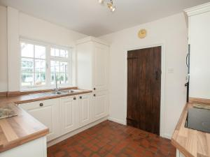 A kitchen or kitchenette at Fir Tree Cottage