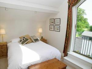 A bed or beds in a room at Wee Bridge Farm Cottage