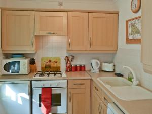 A kitchen or kitchenette at Commodore Cottage