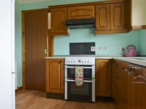 A kitchen or kitchenette at Bute Cottage