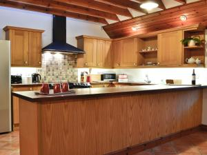 A kitchen or kitchenette at The Old Inn