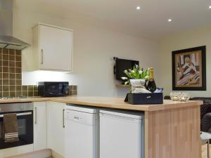 A kitchen or kitchenette at Nether Cottage