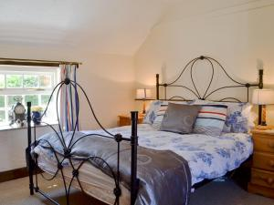 A bed or beds in a room at Barmstone Cottage