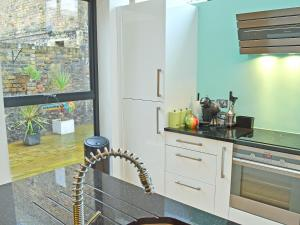 A kitchen or kitchenette at The Deck House