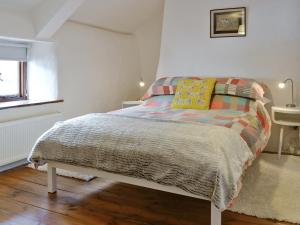 A bed or beds in a room at North Town Cottage