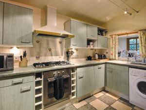 A kitchen or kitchenette at Coach House