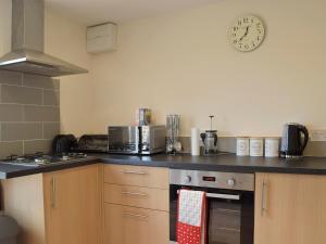 A kitchen or kitchenette at Walnut Tree Cottage
