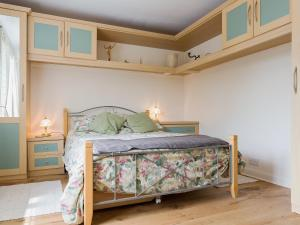 A bed or beds in a room at Venn Orchard