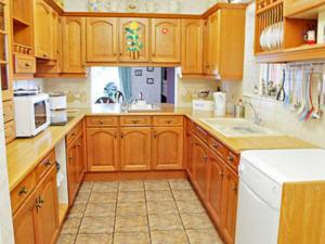 A kitchen or kitchenette at Meadow View