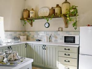 A kitchen or kitchenette at Honeypot Cottage