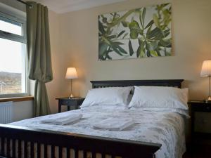 A bed or beds in a room at Riverview Cottage