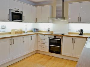 A kitchen or kitchenette at Bearberry Cottage
