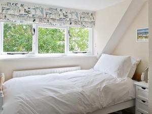 A bed or beds in a room at Tennay Cottage