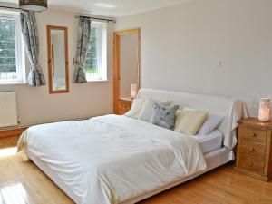 A bed or beds in a room at Cobb