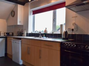 A kitchen or kitchenette at Wharf Cottage