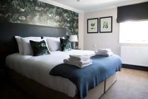 A bed or beds in a room at Wynnstay Arms, Ruabon