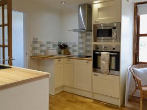 A kitchen or kitchenette at Mohr View