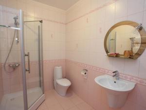 A bathroom at Paradise Hotel