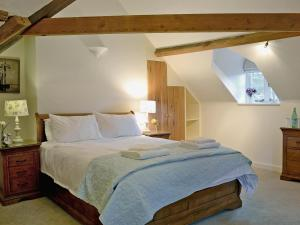 A bed or beds in a room at Wrockwardine Cottage