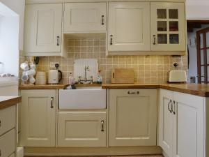 A kitchen or kitchenette at Half Penny Cottage