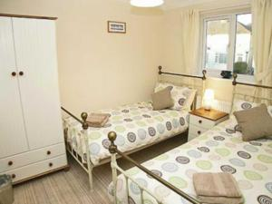 A bed or beds in a room at Breedsmoor Cottage