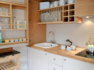 A kitchen or kitchenette at Little Willows