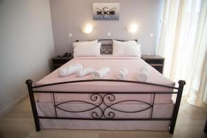 A bed or beds in a room at Galazio Limani - Rooms to let