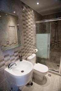 A bathroom at Galazio Limani - Rooms to let