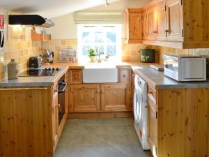 A kitchen or kitchenette at Tenantrees Stable