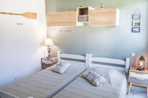 A bed or beds in a room at Pierres de Jade
