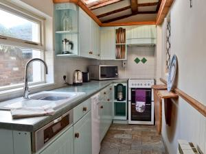 A kitchen or kitchenette at The Old Thatch