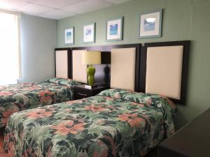 A bed or beds in a room at Mallard Apartments