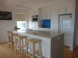 A kitchen or kitchenette at Lincoln View Holiday House