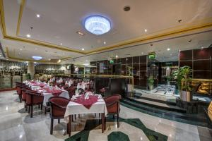 A restaurant or other place to eat at Comfort Inn Hotel Deira
