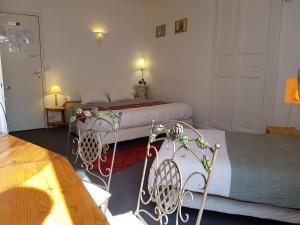 A bed or beds in a room at Hôtel de l'Île