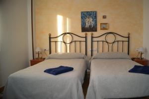 A bed or beds in a room at Hotel Rural Casa El Cura