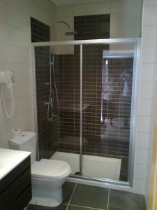 A bathroom at Moradia com Piscina
