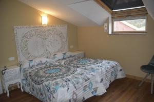 A bed or beds in a room at Los Acebos Cangas