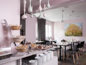 A restaurant or other place to eat at Signature Townhouse London Hyde Park