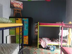 A bunk bed or bunk beds in a room at Hostel La Casa del Tio Rafa