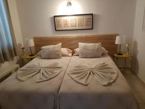 Een bed of bedden in een kamer bij Apartamentos La Florida