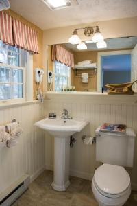 A bathroom at Meadowmere Resort