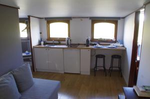 A kitchen or kitchenette at B&B B³ Boat